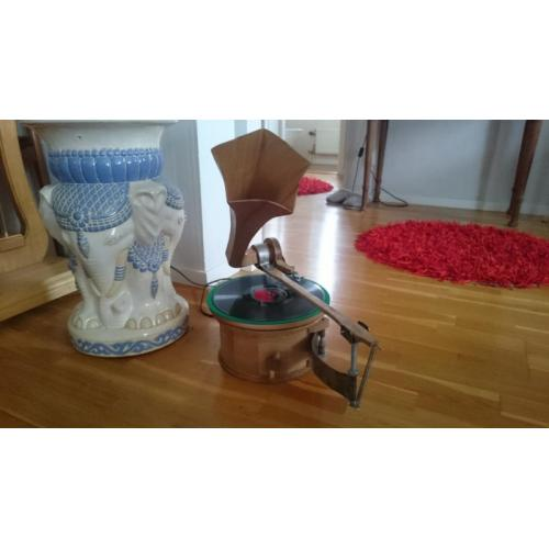 """Customer image:<br/>""""Electric gramophone with potensiometer as speed adjuster."""""""